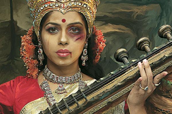 Bogini Saraswati - jedna z trzech najważniejszych bogiń hinduizmu, patronka wiedzy, sztuk pięknych i mądrości. Na obrazku ma podbite oko i ślady zadrapań na twarzy.