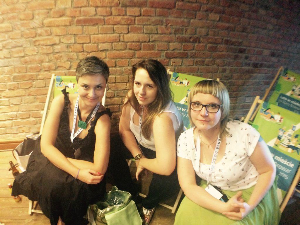 Na zdjęciu znajdują się trzy młode kobiety
