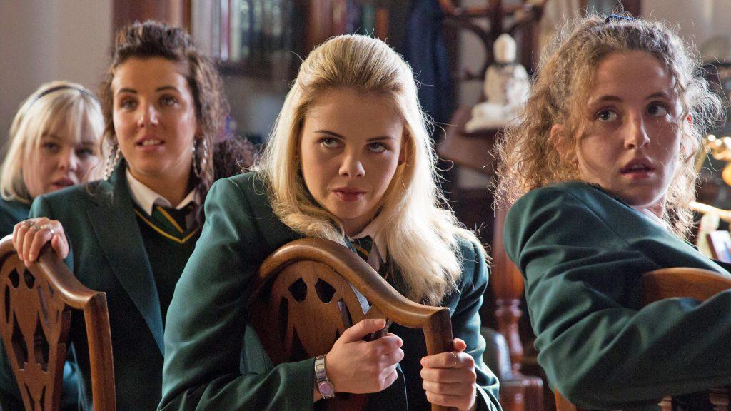 Cztery dziewczyny ubrane w mundurki katolickiej szkoły w Irlandii patrzą się na widza z dużym zdziwieniem.
