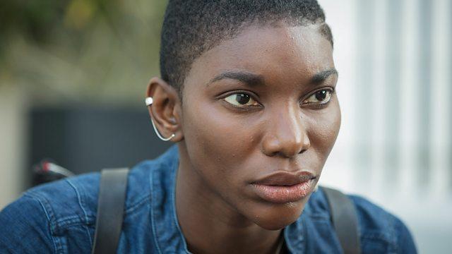 Czarnoskóra, młoda kobieta Kate Ashby intensywnie wpatruje się w widza.
