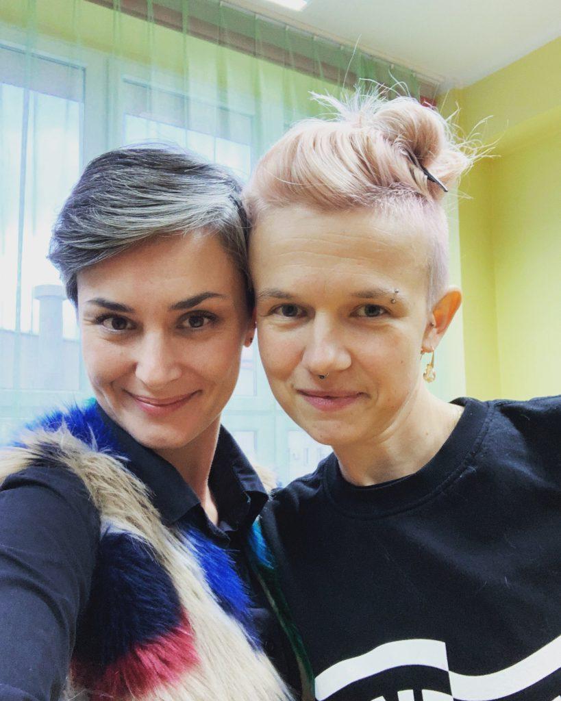 Na zdjęciu widać dwie uśmiechnięte kobiety, po lewej stronie Katarzyna Barczyk, po prawej Joanna Ostrowska
