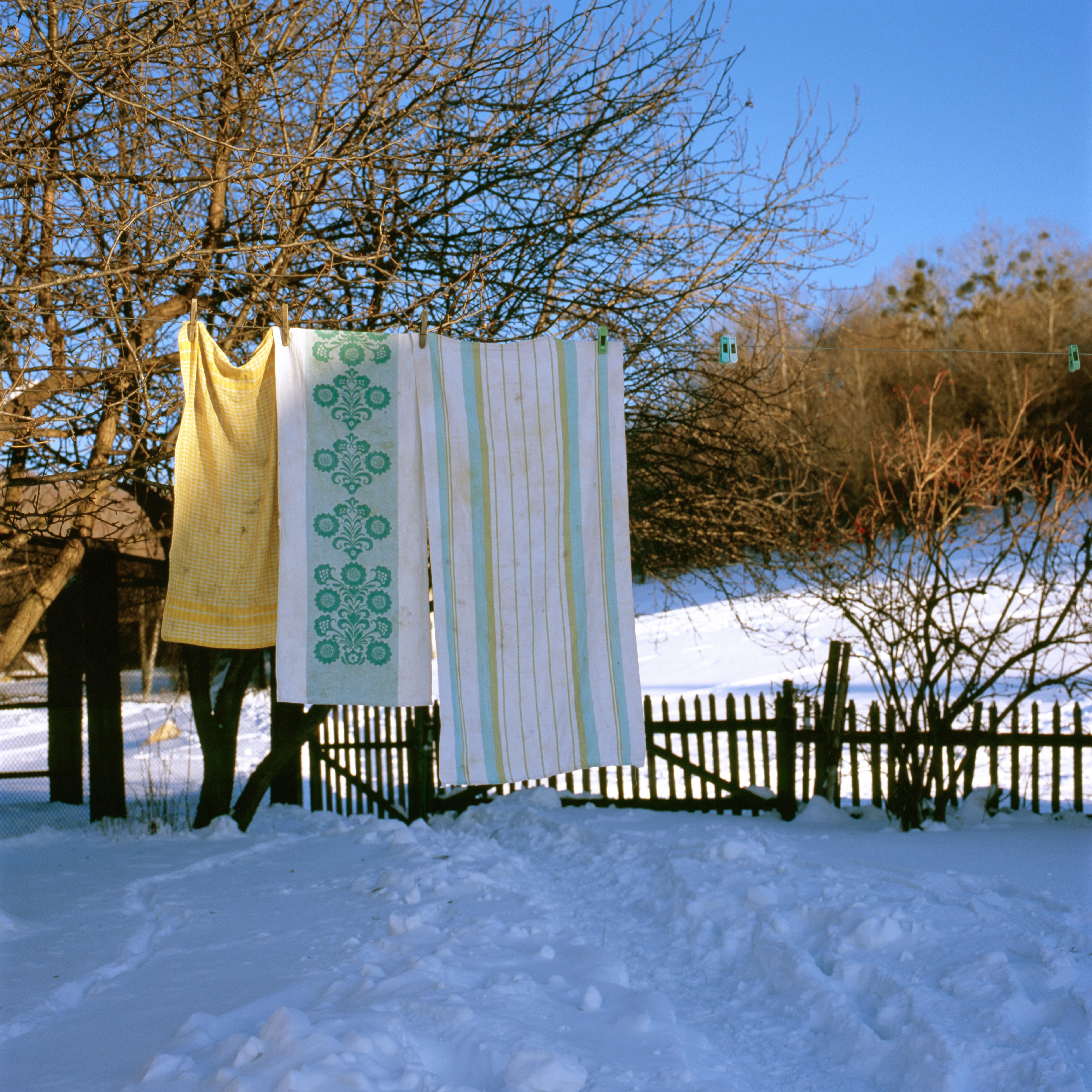 pranie suszące się na wsi