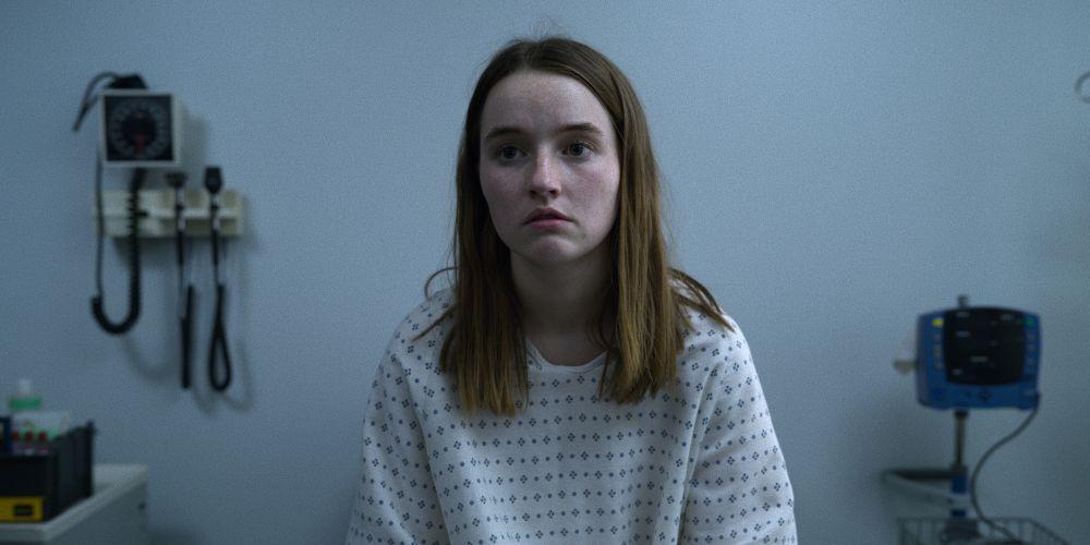 """Na obrazku widać młodą kobietę Marie Adler, graną przez Kaitlyn Dever, która jest główną postacią serialu """"Niewiarygodne"""""""