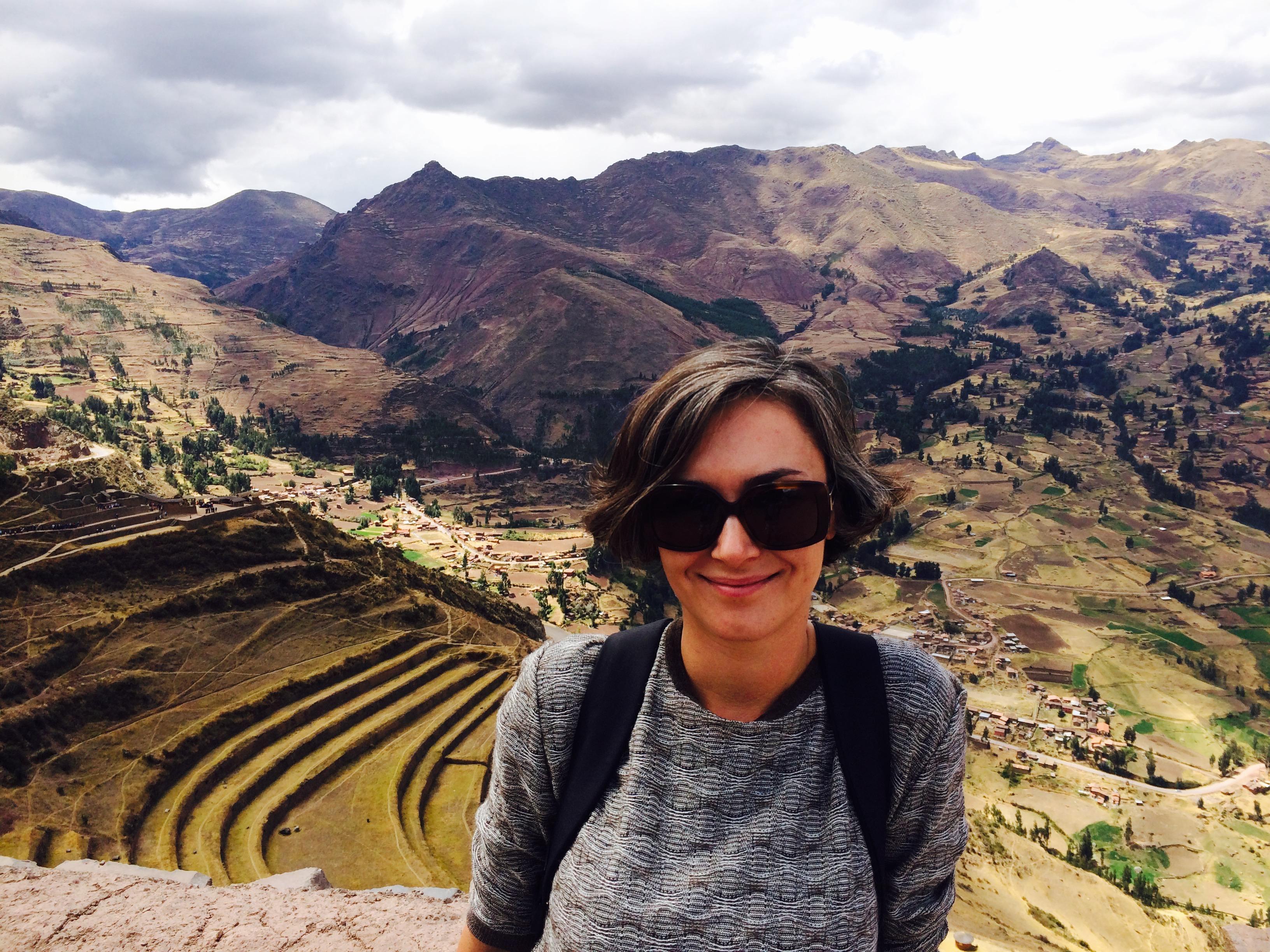 Kobieta w okularach przeciwsłonecznych na tle tarasów w Peru Cuzo